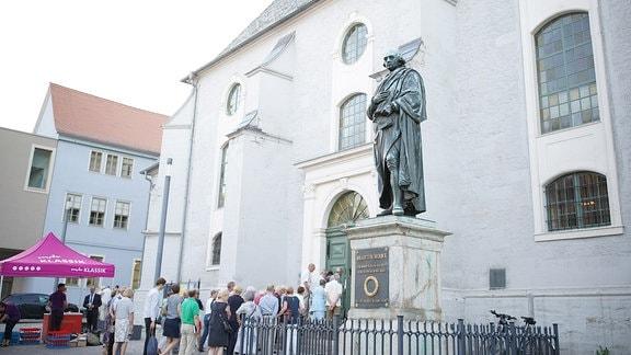 Die Statue von Johann Gottfried Herder vor der Weimarer Herderkirche beim MDR-Musiksommer.