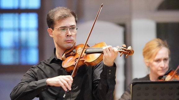 Violinist Tomo Keller von der Academy of St Martin in the Fields beim MDR-Musiksommer-Konzert in der Weimarer Herderkirche.