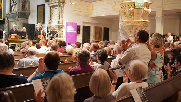 Das Publikum applaudiert der Academy of St Martin in the Fields beim MDR-Musiksommer-Konzert in der Weimarer Herderkirche.