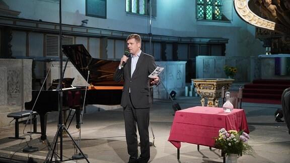 Leiter der künstlerischen Administration Burkhard Scheuer begrüßt die Gäste