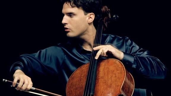 Der Cellist Leonard Elschenbroich mit seinem Instrument