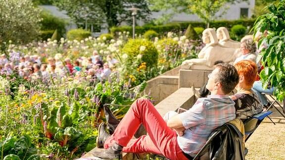 Konzertgäste genießen die Sonne beim MDR-Musiksommer im Friederikenschlösschen Bad Langensalza