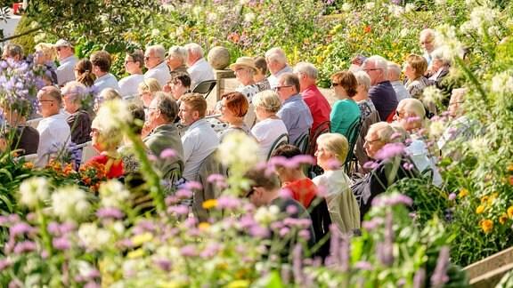Publikum beim MDR MUSIKSOMMER im Park des Friederikenschlösschens Bad Langensalza