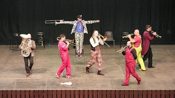 Blick über die Zuschauerreihen auf das Blechblas-Ensemble Mnozil Brass im Naturtheater Bad Elster beim MDR MUSIKSOMMER.
