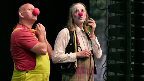 Zwei Herren des Blechblas-Ensembles Mnozil Brass haben sich als Clowns verkleidet und stehen auf der Bühne im Naturtheater Bad Elster beim MDR MUSIKSOMMER.