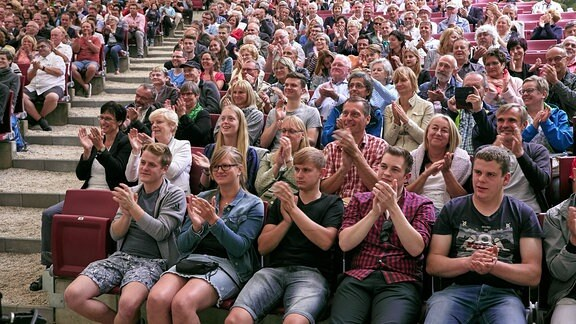Blick auf applaudierendes Publikum im Naturtheater Bad Elster beim MDR MUSIKSOMMER.