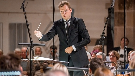 Risto Joost dirigiert beim MDR-Musiksommer in Schneeberg.