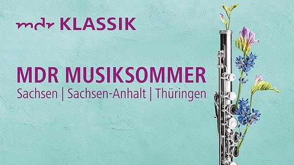 """Vor einer türkisen Wand wachsen Blumen aus einer Querflöte. Darauf Schriftzug """"28. MDR-Musiksommer, Sachsen, Sachsen-Anhalt, Thüringen"""""""