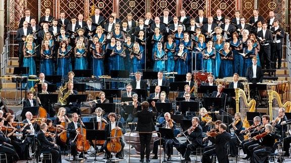 Das MDR-Sinfonieorchester und der MDR-Rundfunkchor unter Leitung von Kristjan Järvi im Magdeburger Dom.