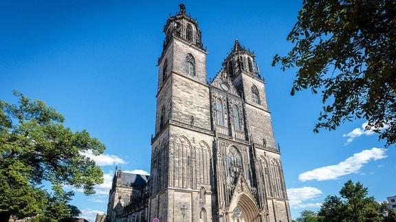Der Magdeburger Dom von außen bei blauem Himmel.
