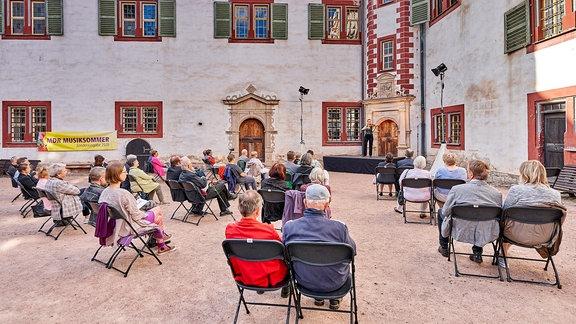 Publikum und Violinistin Julia Fischer beim MDR-Musiksommer-Konzert auf Schloss Wilhelmsburg in Schmalkalden