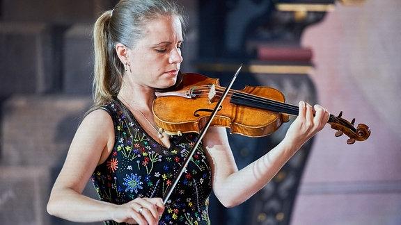 Violinistin Julia Fischer spielt mit geschlossen Augen beim MDR-Musiksommer-Konzert auf Schloss Wilhelmsburg in Schmalkalden