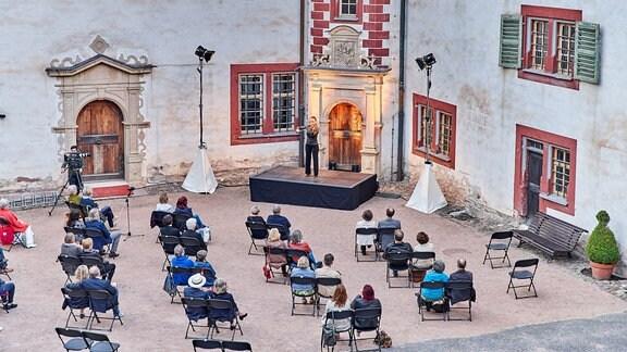 Violinistin Julia Fischer vor Publikum beim MDR-Musiksommer-Konzert auf Schloss Wilhelmsburg in Schmalkalden