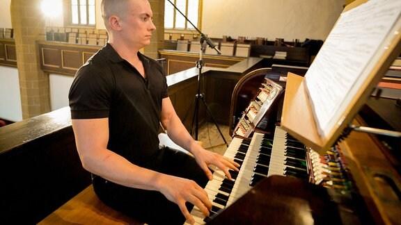 Organist Cameron Carpenter am Spieltisch der Orgel der Erfurter Augustinerklosters beim Eröffnungskonzert der MDR-Musiksommer Sonderausgabe