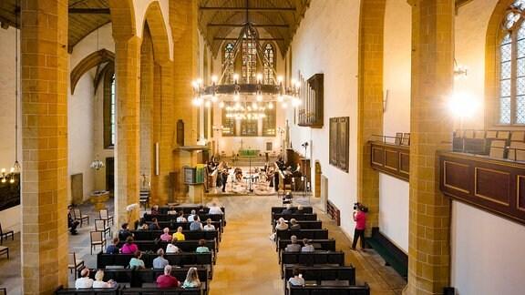 Blick von der Orgelempore in die Augustinerkirche beim Eröffnungskonzert der MDR-Musiksommer Sonderausgabe in Erfurt