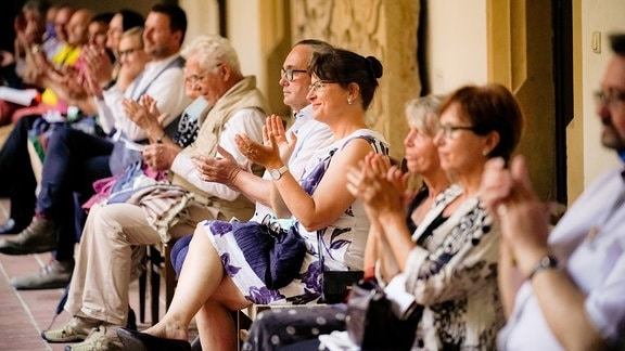 Das Publikum applaudiert sitzend im Kreuzgang des Erfurter Augustinerklosters beim Eröffnungskonzert der MDR-Musiksommer Sonderausgabe
