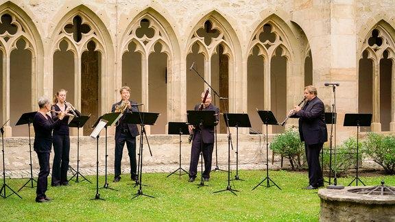 Das Döring-Quartett aus den Reihen des MDR-Sinfonieorchester musiziert vor dem Kreuzgang des Erfurter Augustinerklosters