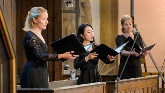 Drei festlich schwarz gekleidete Sängerinnen aus dem MDR-Rundfunkchor beim Eröffnungskonzert der MDR-Musiksommer Sonderausgabe in Erfurt