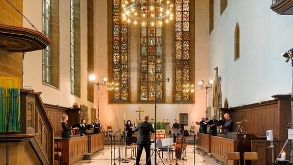 Im Altarraum der Erfurter Augustinerkirche leitet Philipp Ahmann ein Gesangsensemble beim Eröffnungskonzert der MDR-Musiksommer Sonderausgabe.