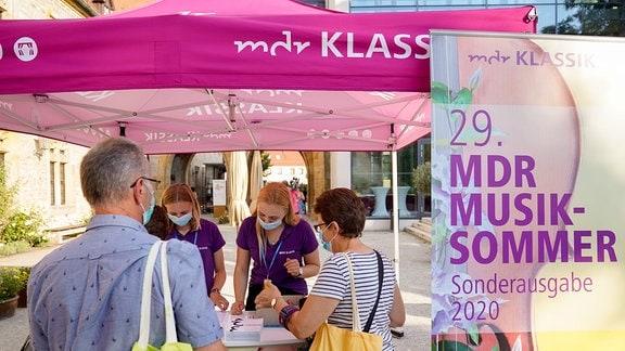 Besucher am Stand von MDR Klassik beim Eröffnungskonzert der MDR-Musiksommer Sonderausgabe in Erfurt