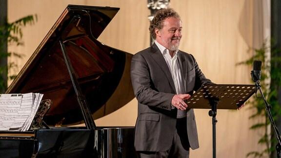 Bariton Christian Gerhaher beim Konzert der MDR-Musiksommer Sonderausgabe im Konzertstall auf dem Gutshof Seggerde.