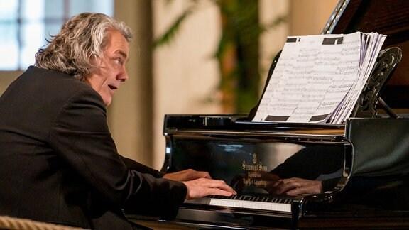 Pianist Gerold Huber beim Konzert der MDR-Musiksommer Sonderausgabe im Konzertstall auf dem Gutshof Seggerde.