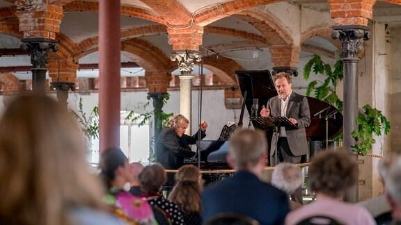 Bariton Christian Gerhaher und Pianist Gerold Huber beim Konzert der MDR-Musiksommer Sonderausgabe im Konzertstall auf dem Gutshof Seggerde.