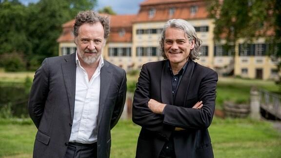 Bariton Christian Gerhaher und Pianist Gerold Huber vor dem Gutshof Seggerde.
