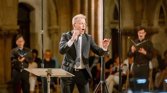Philipp Ahmann, der im Januar 2020 die Künstlerische Leitung des MDR-Rundfunkchors übernommen hat, beim Abschlusskonzert der MDR-Musiksommer Sonderausgabe in Leipzig.