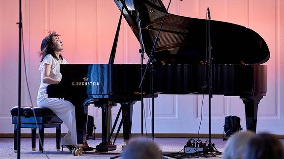 Pianistin Claire Huangci in sich versunken am Flügel im Kleinen Saal der Stadthalle Görlitz