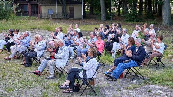 Konzertbesucher klatschend auf ihren Stühlen im Garten der Stadthalle Görlitz