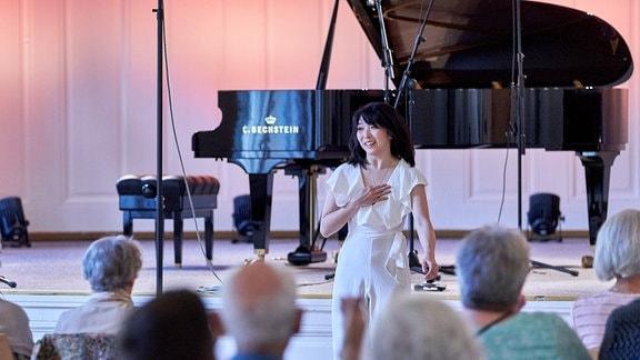 Pianistin Claire Huangci mit Dankesgeste zum Publikum im Kleinen Saal der Stadthalle Görlitz