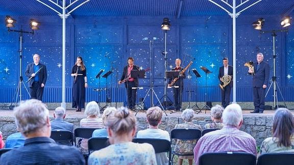 Kammermusikensemble des MDR-SInfonieorchesters vor nachtblauem Hintergrund im Pavillon der Stadthalle Görlitz