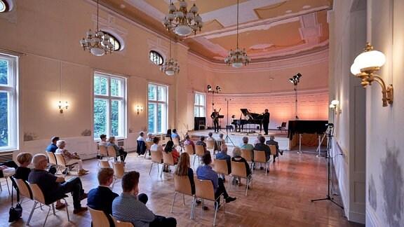 Kleiner Saal der Stadthalle Görlitz mit Publikum, vorn auf der Bühne musiziert ein Kammermusik-Trio