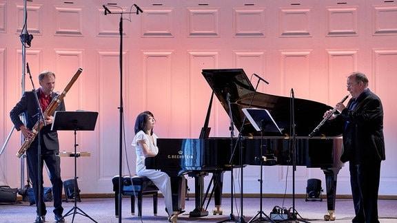 Pianistin Claire Huangci mit zwei weiteren Musikern auf der Bühne im Kleinen Saal der Stadthalle Görlitz