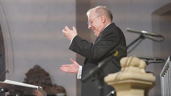 Dirigent Nicholas McGegan beim MDR-Musiksommer-Konzert in Naumburg