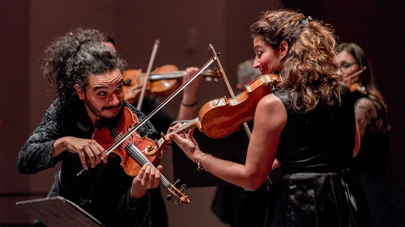 Violinist Nemanja Radulović in musikalischer Zwiesprache mit einer Geigerin des Double Sens Orchestra