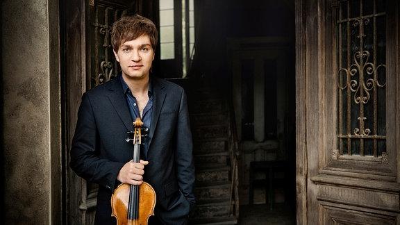 Nils Mönkemeyer ist mit seiner Viola beim MDR-Musiksommer zu erleben.