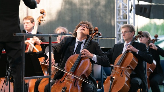 Cellist Rodin-George Moldovan vom MDR-Sinfonieorchester bei leidenschaftlicher Interpretation eines Cello-Solos
