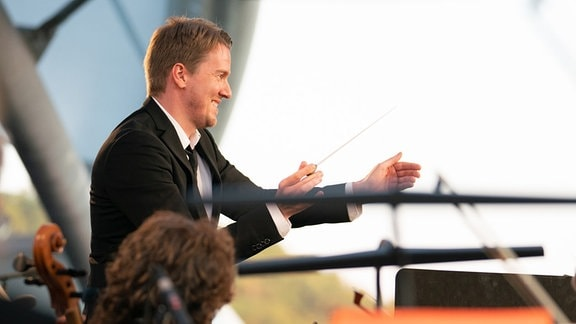 Dirigent Karsten Januschke beim Dirigieren