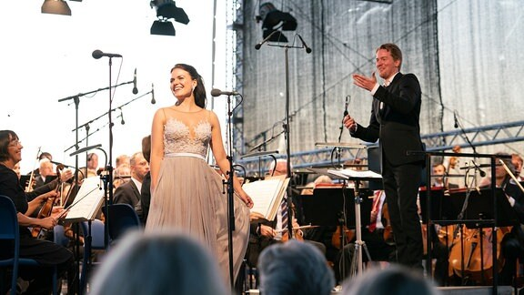 Sopranistin Katharina Ruckgaber strahlend vor dem MDR-Sinfonieorchester