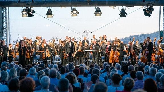 MDR-Sinfonieorchester und Dirigent Karsten Januschke stehend auf der Bühne beim Applaus