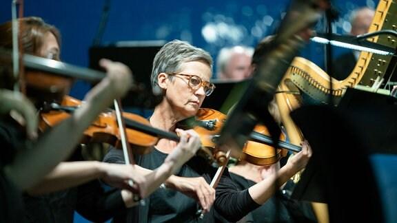 Violinistin inmitten des MDR-Sinfonieorchesters