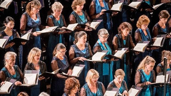 Blick in die Reihen der Damen des MDR-Rundfunkchors beim Konzert.