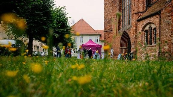 Vorplatz der Marienkirche in Salzwedel beim MDR-Musiksommer