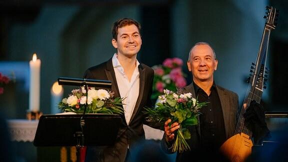 Valer Sabadus und Axel Wolf beim Schlussapplaus nach dem Konzert in Salzwedel.