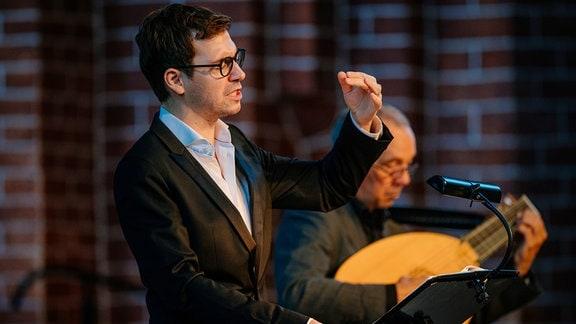 Valer Sabadus singt beim Konzert im MDR-Musiksommer in der Marienkirche in Salzwedel. Im Hintergrund sieht man Axel Wolf mit der Laute.