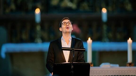 Valer Sabadus singt beim Konzert im MDR-Musiksommer in der Marienkirche in Salzwedel.