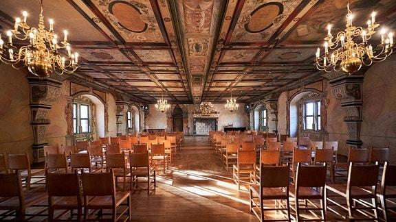 Riesensaal mit verzierter Decke und Kronleuchtern im Schloss Wilhelmsburg in Schmalkalden