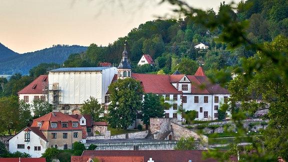 Schloss Wilhelmsburg in Schmalkalden, umgeben von Grün